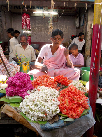 Marché de Mysore, veudeuse de fleurs